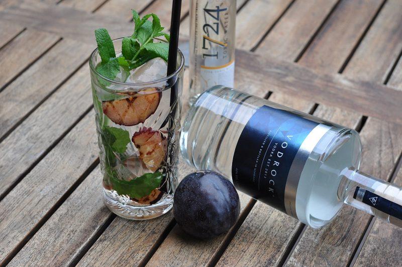 vodka tonic-Vodka Tonic Vodrock gegrillte Pflaume Minze 800x531-Vodka Tonic – Vodrock mit Tonic, gegrillter Pflaume und Minze