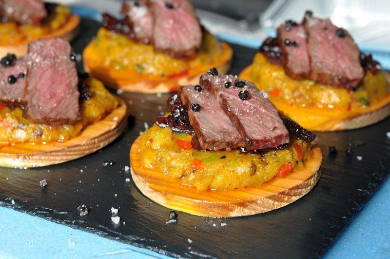 wagyu-steak-Wagyu Steak Kartoffel Kuerbis Pueree 800x531-Wagyu-Steak auf geplanktem Kartoffel-Kürbis-Püree