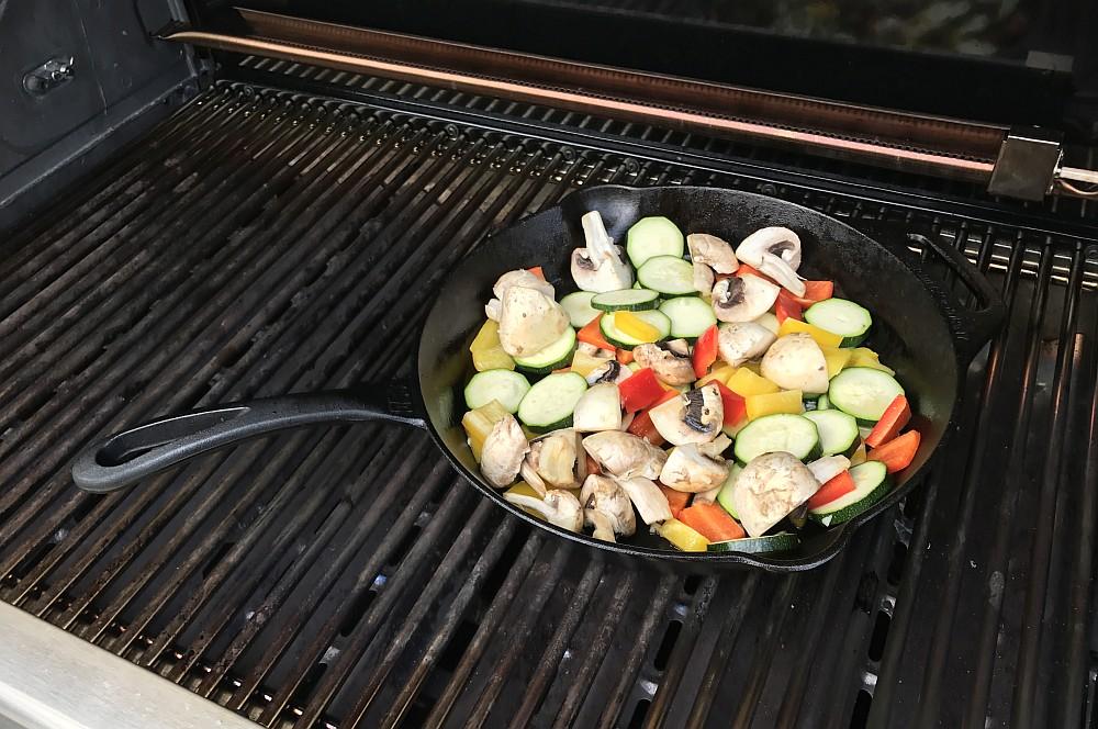Gegrilltes Gemüse Grillgemüse mit Feta-grillgemüse-Grillgemuese mit Feta Gusspfanne 02