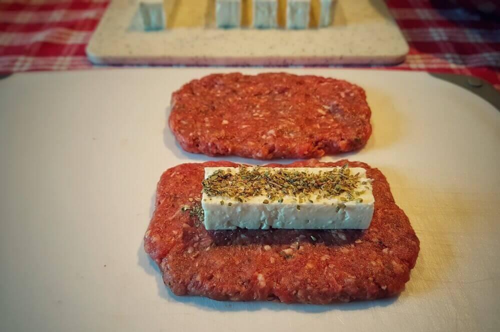 Griechische Frikadellen bifteki-Bifteki mit Schafskaese 02-Bifteki – Griechische Frikadellen mit Schafskäse-Füllung