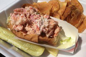 Lobster Roll – Gegrillter Langustenschwanz im Brötchen-lobster roll-MaineLobsterRoll02 1 300x199