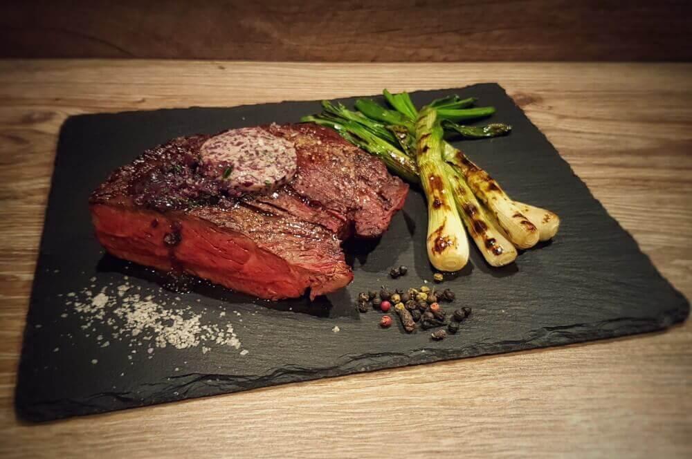 Denver Cut Steak denver cut-Denver Cut Steak 04-Denver Cut Steak mit gegrillten Frühlingszwiebeln und Rotweinbutter