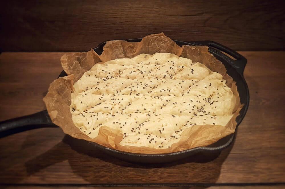 Brot in Gusspfanne Türkisches Fladenbrot mit Schwarzkümmel und Sesam-fladenbrot-Fladenbrot 03