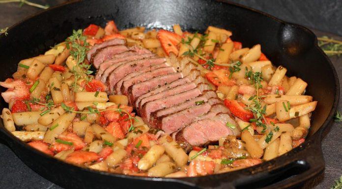 Erdbeer-Spargel-Salat mit Roastbeef