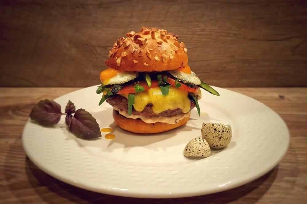 Wagyu Chili Cheese Burger wagyu chili cheese burger-Wagyu Chili Cheese Burger 04-Wagyu Chili Cheese Burger mit Wachtelei und Spargel