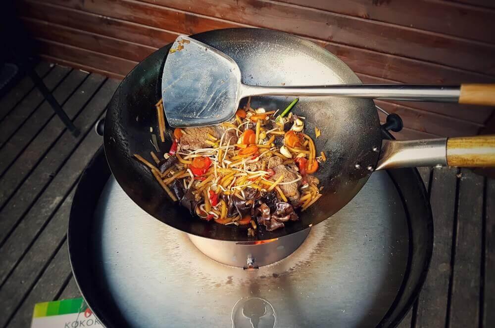 Moesta Wok'n BBQ moesta wok'n bbq-MoestaWOKnBBQ 05-Moesta Wok'n BBQ im Test – So wird der Kugelgrill zum Wok!