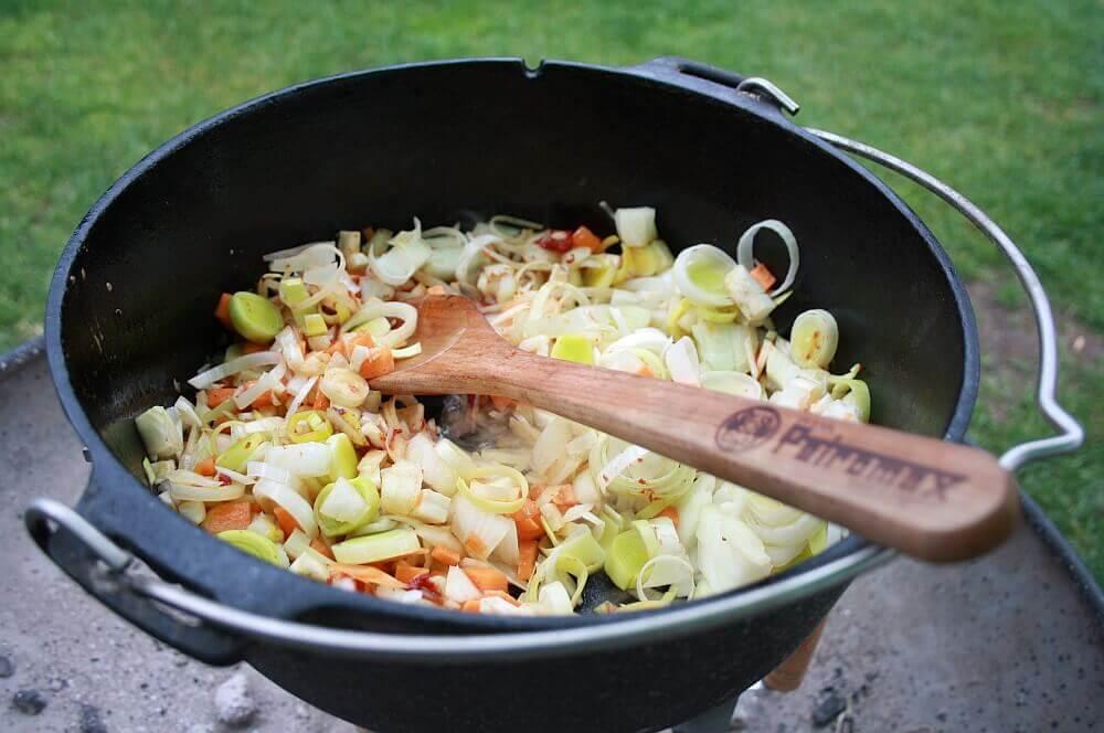 Rouladen im Feuertopf Rinderrouladen aus dem Dutch Oven-rinderrouladen-Rouladen Rinderrouladen Dutch Oven Feuertopf 05