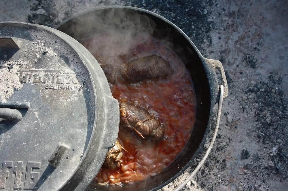 Rinderrouladen im Dutch Oven Rinderrouladen aus dem Dutch Oven-rinderrouladen-Rouladen Rinderrouladen Dutch Oven Feuertopf 06