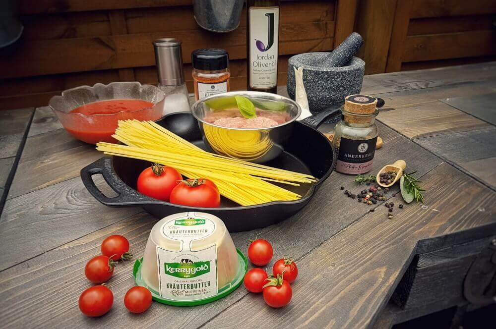 Italienische Fleischbällchen italienische fleischbällchen-Italienische Fleischbaellchen Spaghetti Kraeuterbutter Kerrygold 01-Italienische Fleischbällchen mit Spaghetti-Kräuterbutter-Füllung