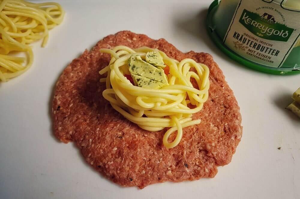 Italienische Fleischbällchen italienische fleischbällchen-Italienische Fleischbaellchen Spaghetti Kraeuterbutter Kerrygold 02-Italienische Fleischbällchen mit Spaghetti-Kräuterbutter-Füllung