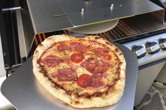 moesta-bbq pizzacover-Moesta BBQ PizzaCover Flex 08 633x420-Moesta-BBQ PizzaCover – Endlich perfekte Pizza vom Gasgrill!