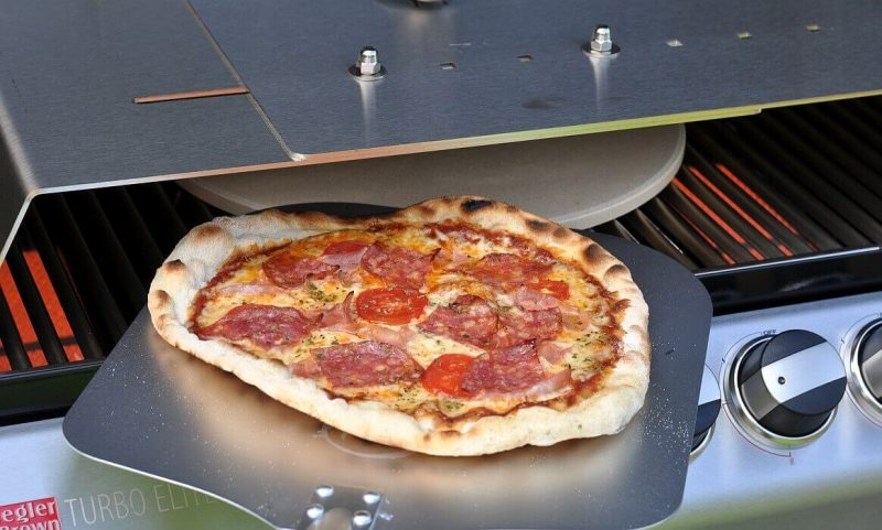 moesta-bbq pizzacover-Moesta BBQ PizzaCover Flex 800x481-Moesta-BBQ PizzaCover – Endlich perfekte Pizza vom Gasgrill!