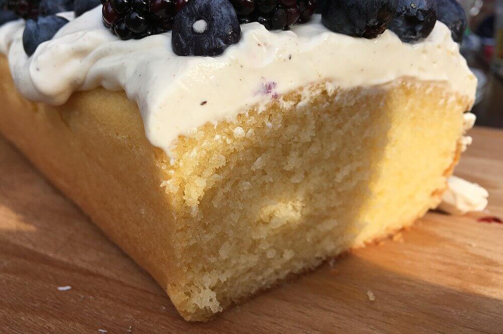 Zitronenkuchen zitronenkuchen-Zitronenkuchen Kastenform 01-Zitronenkuchen mit Mascarpone-Waldfrucht-Topping