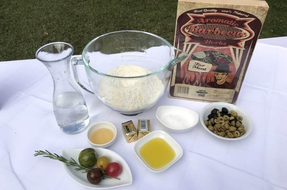 Focaccia-Zutaten focaccia-Foccacia mit Oliven Axtschlag Heugarschale 01-Focaccia mit Rosmarin und Oliven