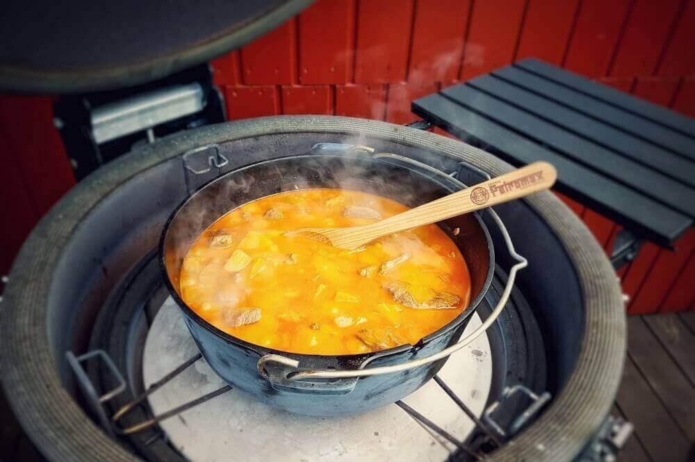 Kalbsgulasch aus dem Feuertopf kalbsgulasch-Kalbsgulasch Kuerbis Dutch Oven 02-Kalbsgulasch mit Kürbis aus dem Dutch Oven