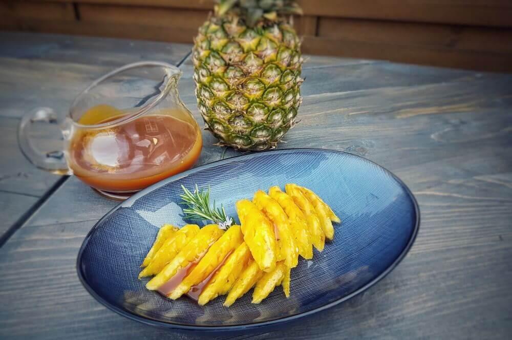 Karamellisierte Ananas mit Salz-Karamellsauce karamellisierte ananas-Karamellisierte Ananas vom Drehspiess Salzkaramell 05-Karamellisierte Ananas vom Drehspieß mit Salzkaramell-Sauce