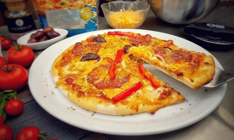 salami-pizza-Salami Pizza vom Grill 800x481-Salami-Pizza mit Paprika und Zwiebeln