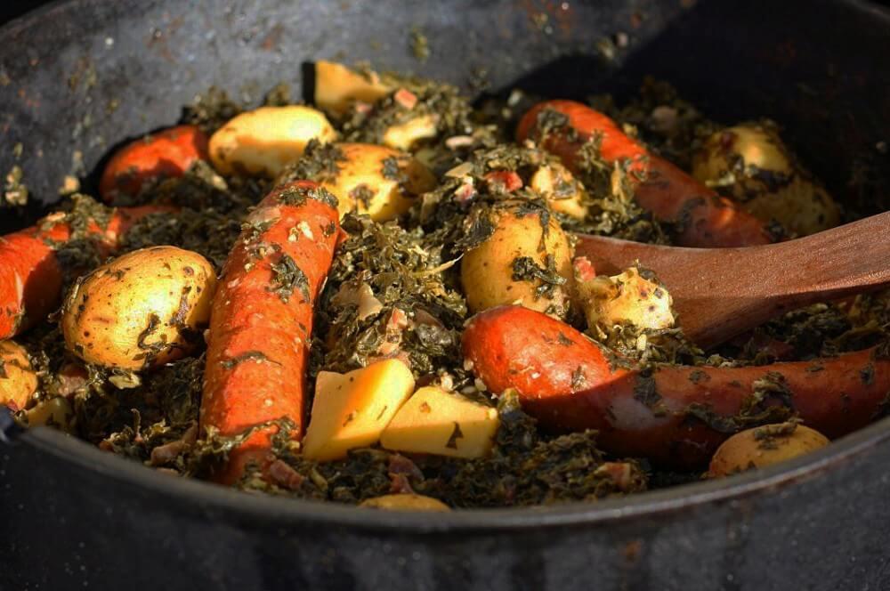 Grünkohl aus dem Dutch Oven grünkohl aus dem dutch oven-Gruenkohl Dutch Oven Mettwurst Kartoffeln 04-Grünkohl aus dem Dutch Oven mit Mettwurst und Kartoffeln