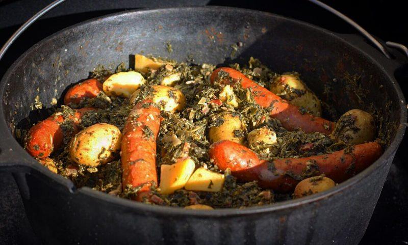 grünkohl aus dem dutch oven-Gruenkohl Dutch Oven Mettwurst Kartoffeln 800x481-Grünkohl aus dem Dutch Oven mit Mettwurst und Kartoffeln
