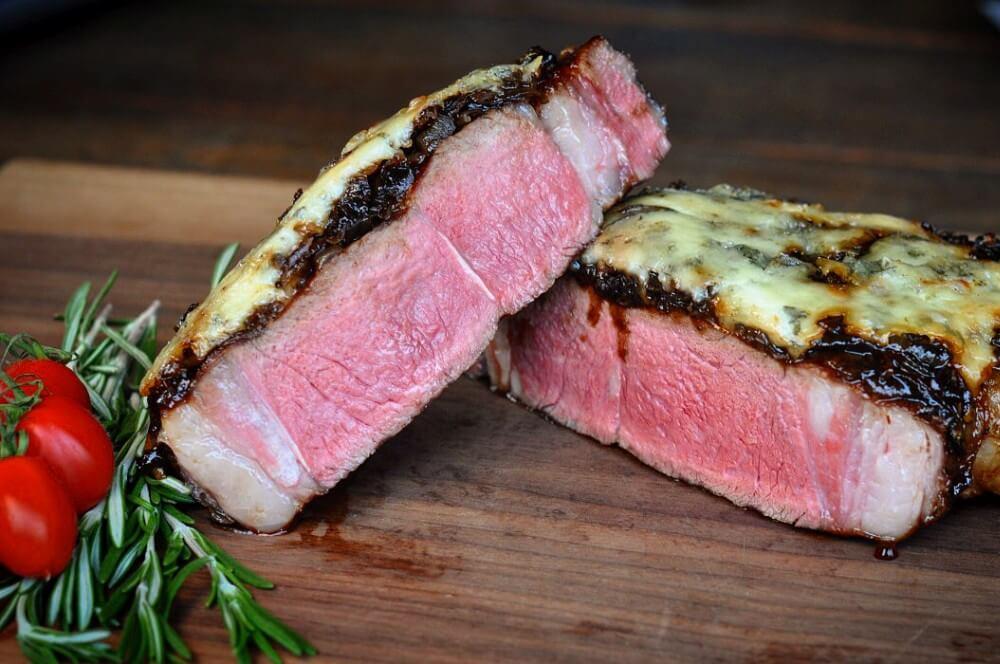Überbackenes Steak im Anschnitt Überbackenes steak-Ueberbackenes Steak Tomahawk Balsamico Zwiebeln Gorgonzola 05-Überbackenes Steak mit Balsamico-Zwiebeln und Gorgonzola