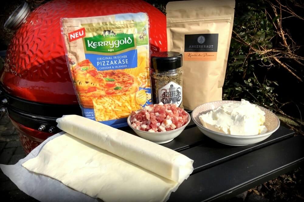 Alle Zutaten für die Blätterteigschnecken auf einen Blick blätterteigschnecken-Blaetterteigschnecken Speck Schmand Kaese 01-Blätterteigschnecken herzhaft gefüllt mit Speck & Käse