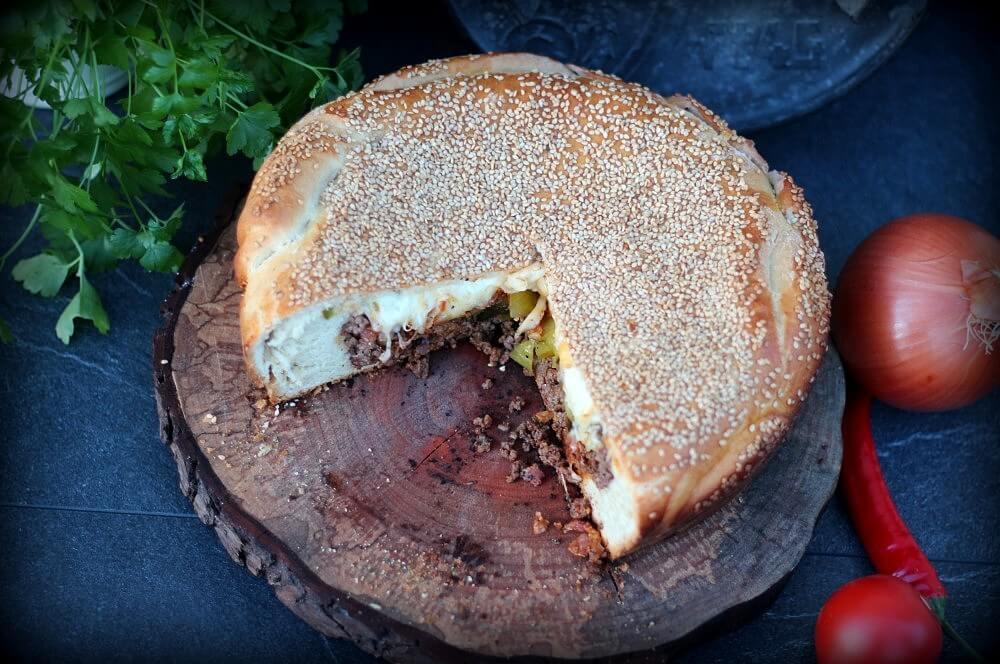Cheeseburger-Kuchen cheeseburger-kuchen-Cheesburger Kuchen 05-Cheeseburger-Kuchen mit Hackfleisch-Cheddar-Füllung