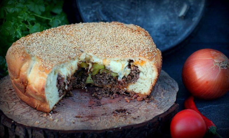 cheeseburger-kuchen-Cheesburger Kuchen 800x481-Cheeseburger-Kuchen mit Hackfleisch-Cheddar-Füllung