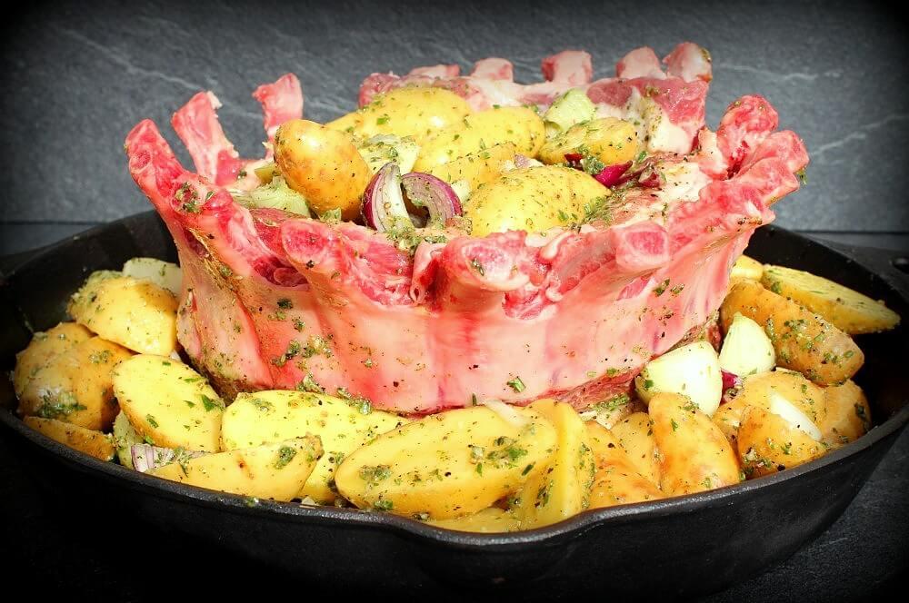 Der Kronenbraten ist bereit für den Grill kronenbraten-Kronenbraten Iberico Schweine Karree 03-Kronenbraten – Crown Roast vom Iberico-Schweinekarree