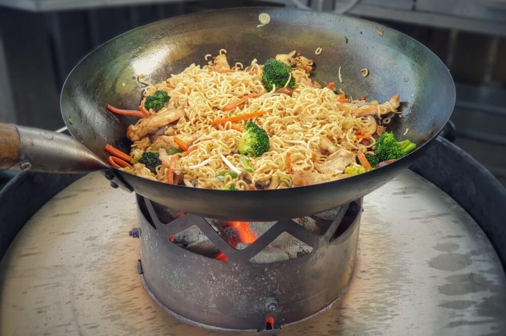 Innerhalb von wenigen Minuten sind die Nudeln fertig chinesische gebratene nudeln-Gebratene Nudeln Haehnchenbrust Wok 05-Chinesische gebratene Nudeln mit Hähnchenbrust aus dem Wok