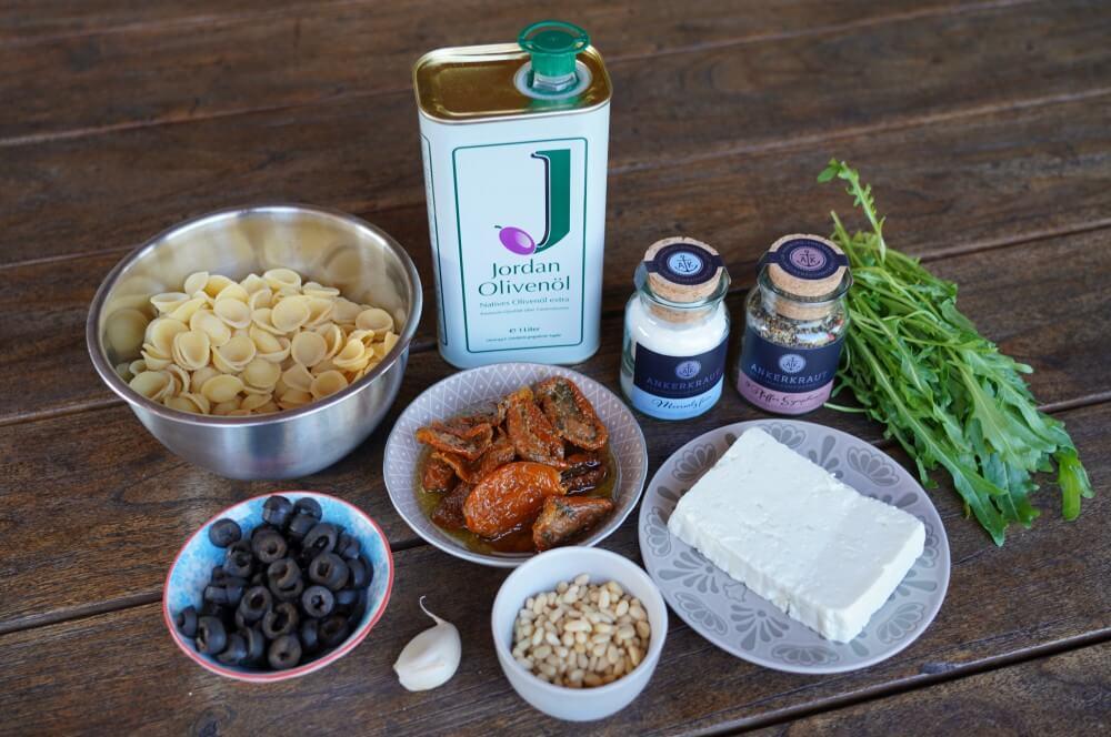 Zutaten mediterraner Nudelsalat mediterraner nudelsalat-Mediterraner Nudelsalat 01-Mediterraner Nudelsalat mit getrockneten Tomaten, Rucola & Feta