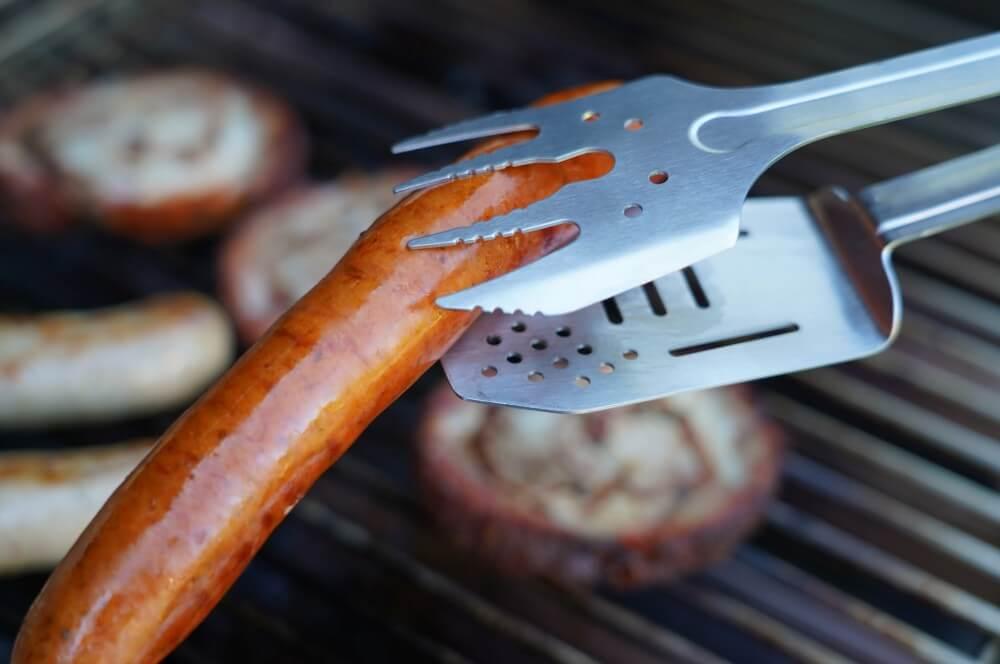 Sicherer Halt auch bei Würstchen roxon bbq multitool-Roxon MBT3 BBQ Tool 06-Roxon BBQ Multitool – Das Schweizer Taschenmesser der Grillzangen
