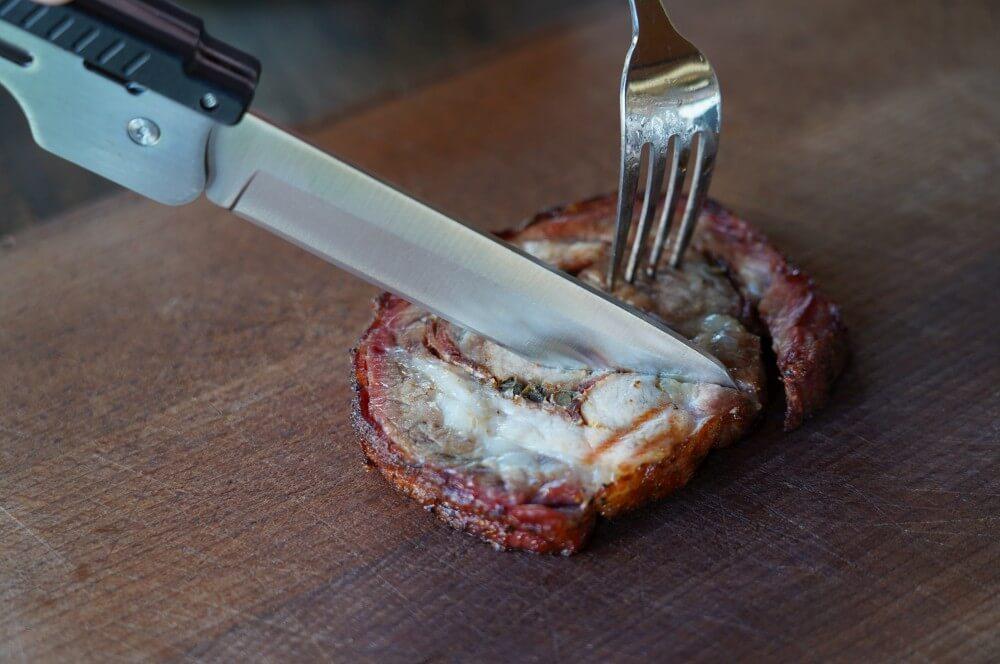 Das scharfe Messer schneidet mühelos roxon bbq multitool-Roxon MBT3 BBQ Tool 07-Roxon BBQ Multitool – Das Schweizer Taschenmesser der Grillzangen