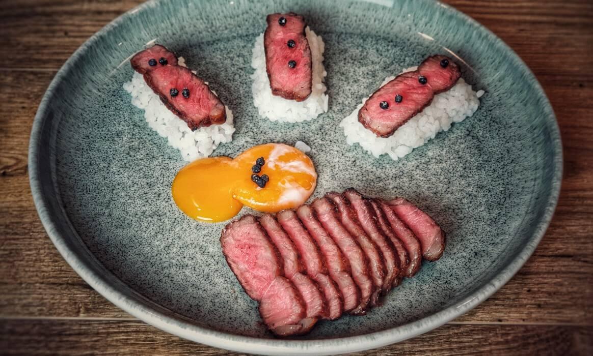 Wagyu F1 Angus Rumpsteak wagyu-angus roastbeef-Wagyu Angus Roastbeef Onsen Ei Sushi Reis-Wagyu-Angus Roastbeef mit Onsen-Ei und Sushi-Reis
