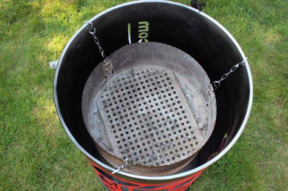 Der Feuerkorb wird in die Tonne gehangen xxl-feuerplatte-XXL Feuerplatte Grillrost com 100cm Durchmesser 03-XXL-Feuerplatte von Grillrost.com mit 100 cm Durchmesser