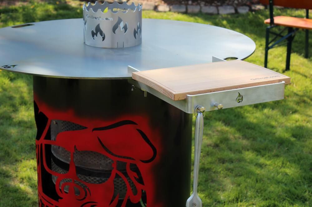Holzbretthalter mit Schneidebrett als optionales Zubehör xxl-feuerplatte-XXL Feuerplatte Grillrost com 100cm Durchmesser 05-XXL-Feuerplatte von Grillrost.com mit 100 cm Durchmesser