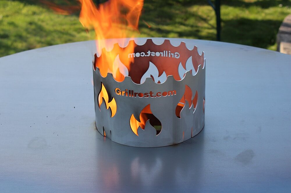 Die XXL-Feuerplatte wird erstmals in Betrieb genommen xxl-feuerplatte-XXL Feuerplatte Grillrost com 100cm Durchmesser 06-XXL-Feuerplatte von Grillrost.com mit 100 cm Durchmesser