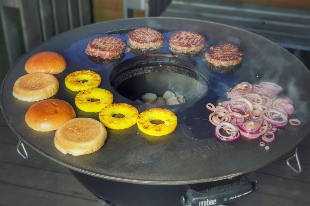 Gegrillt wird auf der BBQ Disk Feuerplatte von Moesta-BBQ big kahuna burger-Big Kahuna Burger Pulp Fiction 02-Big Kahuna Burger – Der Burger aus Pulp Fiction
