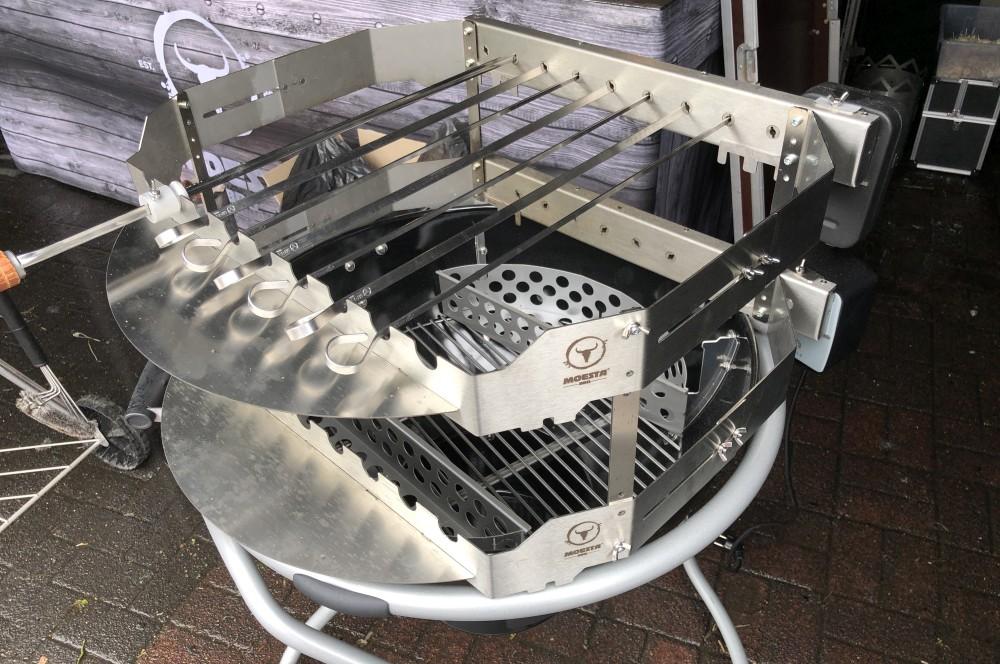 Turnado auf zwei Ebenen für bis zu 18 Spieße turnado-Turnado Moesta BBQ Test 13-Turnado von Moesta-BBQ – Elektrischer Spießdreher für Kugelgrills